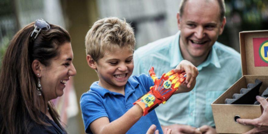 Une prothèse de main imprimée en 3D remise à un enfant, une première en France