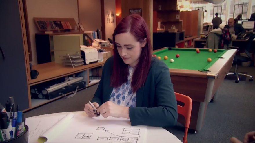 Un bracelet vibrant permet à cette jeune femme atteinte de Parkinson d'écrire à nouveau